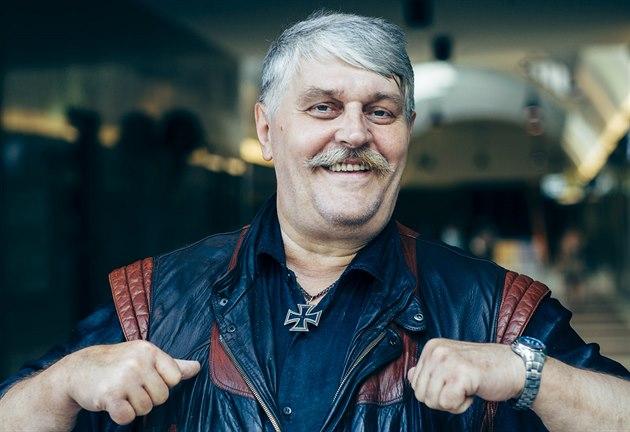 Ivan Jonák pózuje v pasá�i u oblíbené restaurace Ambiente v Praze