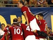 Fotbalisté Manchesteru United se radují z gólu v přípravném utkání proti...