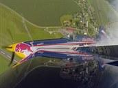 Elitní pilot Martin �onka ve svém akrobatickém leteckém speciálu Extra 300SR...