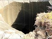 Záběr záhadné jámy na poloostrově Jamal z července 2014 z jejího okraje. Jasně...