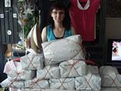 Paní na žehlení zabalí vyprané a vyžehlené prádlo do úhledného balíčku a přidá...