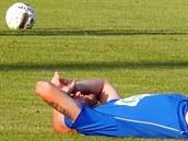 Ústecký fotbalista Tomá� Smola le�í na trávníku b�hem zápasu se Znojmem.