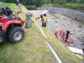 Vá�ná nehoda motorká�e u p�ehrady Sou� v Jizerských horách.