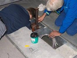 Technici spole�nosti METTLER TOLEDO instaluj� sn�ma�e hmotnosti.