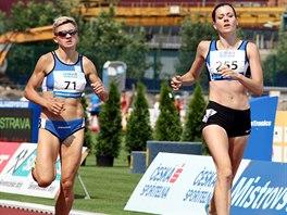 Česko-finská Kristiina Mäki dobíhá do cíle závodu na 1 500 metrů na MČR v atletice.