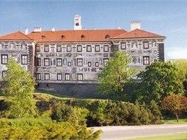 Severní stěnu zámku zdobí původní sgrafita s výjevy z Bible.