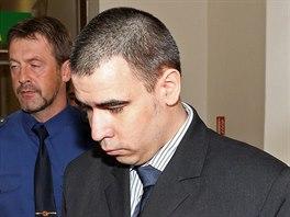 Ondřej Dlouhý je obviněn, že 4. listopadu 2013 zastřelil v Raškovicích svou...