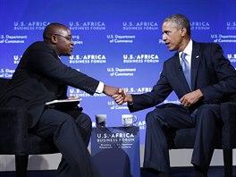 Americk� prezident Barack Obama si pot��s� rukou s �sp�n�m podnikatelem ze...