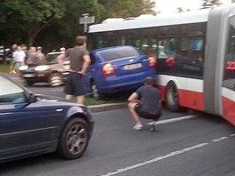Osobní automobil se srazil s klubovým autobusem MHD v pražské ulici Zálesí. (1....