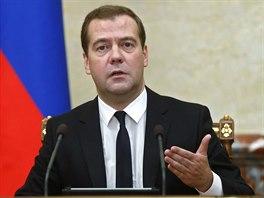 Rusk� premi�r Dmitrij Medved�v p�i setk�n� vl�dy oznamuje vyhl�en� z�kazu...