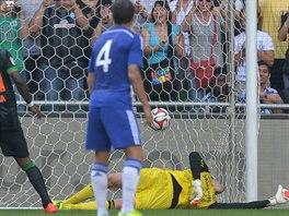 Belgický brankář Thibaut Courtois ve svém prvním utkání za Chelsea dostává gól...