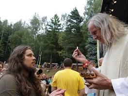 Přijímání při mši na trutnovském festivalu (vpravo Ladislav Heryán)
