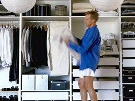Bezmála třetina Čechů si vybírá a připravuje oblečení na druhý den už večer.