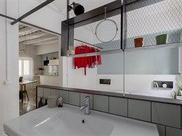 Třetí byt. Průhled od umyvadla do kuchyňské části.