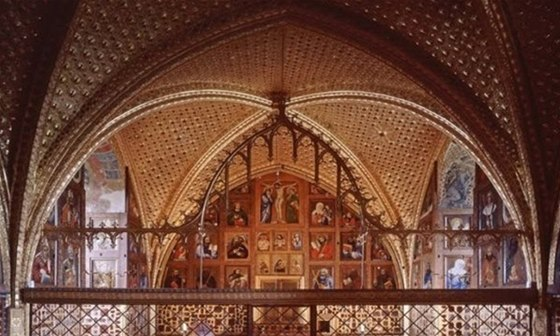 Kaple sv. Kříže je zdobena největší sbírkou deskových obrazů na světě.