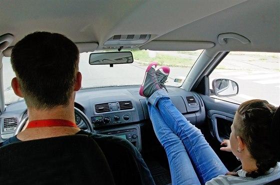 Nohy položené na přístrojové desce znamenají pro spousty lidí úlevu od bolavých...