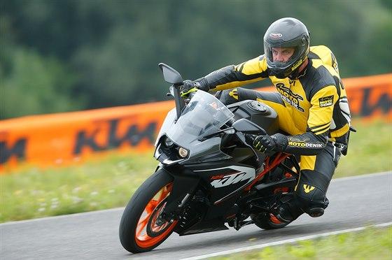 Mladí jezdci si můžou osvojit základy jízdy na sportovní motorce.