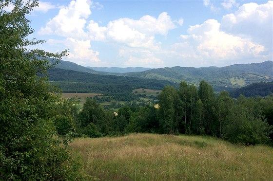 Cestou do Rusk�ho sedla se nask�taj� n�dhern� v�hledy do Bukovsk�ch hor.