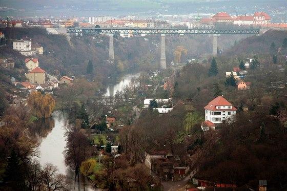 Znojemský železniční most spojuje oba břehy Dyje. Vlaky jezdí každou hodinu do Vídně.