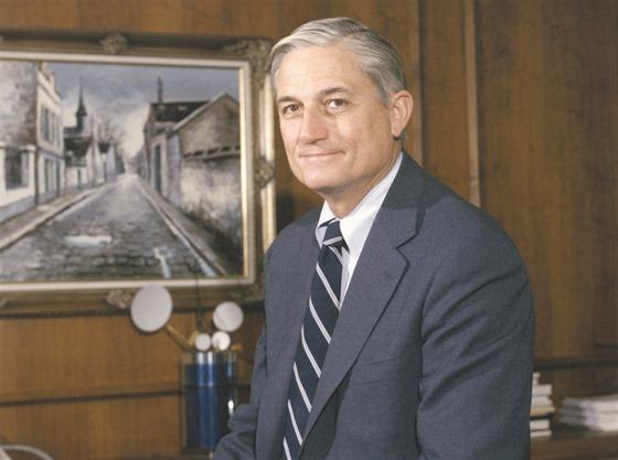 """Náměstek ředitele výzvědné služby CIA pro vědu Albert """"Bud"""" Wheelon."""