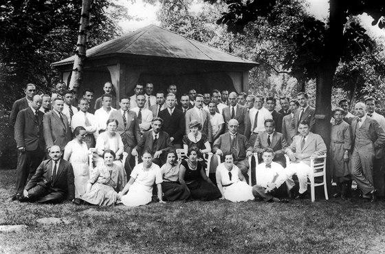 Fotografie na rozloučenou členů Haberova ústavu před jeho rozpuštěním nacisty v...