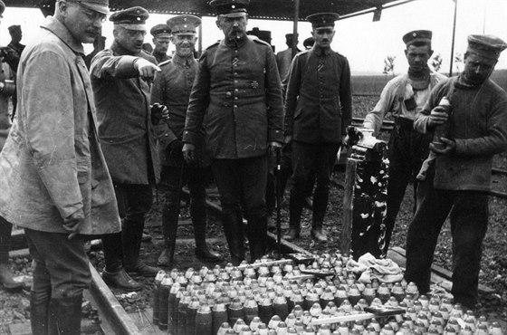 Fritz Haber (2. zleva) při přípravě dělostřeleckých granátů plněných chemickými...