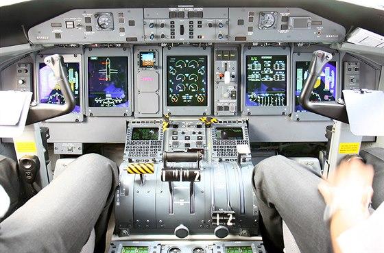 Pohled do kokpitu letounu Dash 8 verze Q400, kterou pou��v� spole�nosti Flybe....