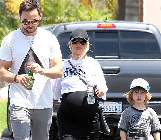 Těhotná Christina Aguilera se svým snoubencem Mattem Rutlerem a synem Maxem
