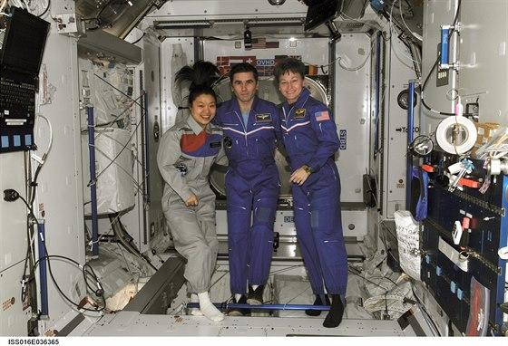 Zleva Yi Soyeon (Jižní Korea), Juri Malenchenko (Rusko) a Peggy Whitson (USA),...