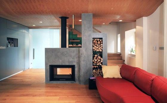Dominantou společného obývacího prostoru se stalo krbové těleso.