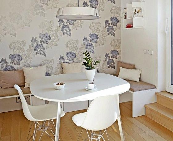 Jídelní kout je součástí otevřeného obytného prostoru ve spodním patře bytu.