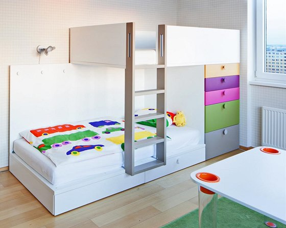 Nábytek v pokoji kluků je variabilní a lze z něj utvořit více sestav. Centrální