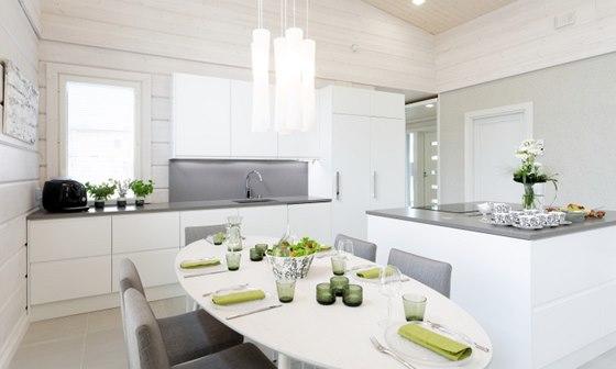 Moderní jídelna je stejně jako kuchyně v elegantních bílých a šedých odstínech.