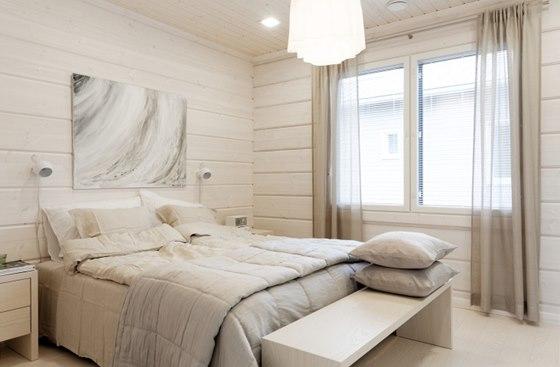 V ložnici převládají světle béžové odstíny.
