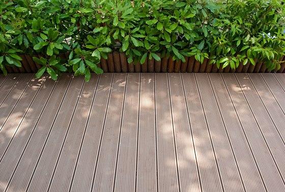 Na čerstvě položenou terasu nepokládejte větší předměty, povrch terasy pod