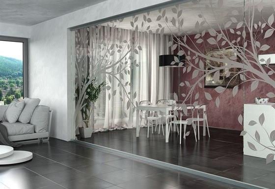 Celoskleněná stěna s pískovaným motivem