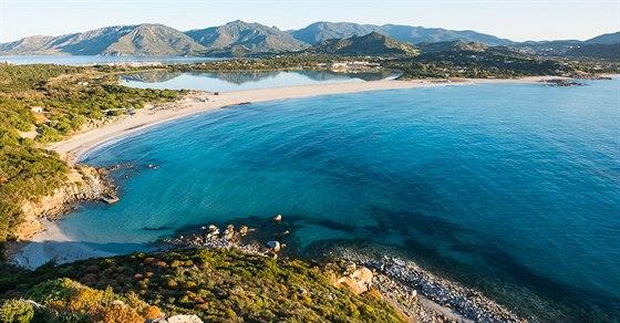Pohled od strážní věže na pláž Giunco a lagunu Notteri