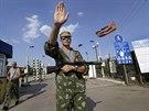 Proruský separatista na hraničním přechodu Izvaryne (14. července 2014)