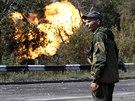 Proruský separatista v Doněcku sleduje plameny z plynovodu zasaženého...