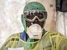 Zdravotnický pracovník, který v Sierra Leone bojuje s epidemií eboly (11. srpna...