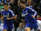 Diego Costa (vpravo) slav� svoj� prvn� branku v dresu Chelsea. Vlevo je jeho...