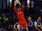 Brankář Chelsea Thibaut Courtois s přehledem likviduje centr fotbalistů Burnley.