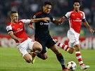 Mustafa Pektemek z Besiktase čelí ostrému skluzu Jacka Wilsherea z Arsenalu.