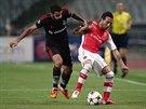 Ismail Koybasi (vlevo) z Besiktase se snaží zastavit Santiho Cazorlu z Arsenalu.