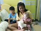 Pattharamon Chanbuaová s Gammym a vlastním synem v nemocnici (3. srpna 2014).