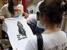 Žena si prohlíží tričko s obrazem Putina v obchodním domě GUM (11. srpna 2014).