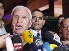 Lídr palestinské delegace v Káhiře Azzám Ahmad mluví s novináři, oznámil...