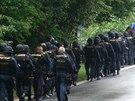 Policist� a p��slu�n�ci speci�ln� po��dkov� jednotky pro�es�vali kl�novick� les...