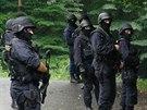 Policisté a příslušníci speciální pořádkové jednotky pročesávali klánovický les...