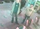 Policist� p�traj� po dvojici mlad�k�, kte�� v �ervenci p�epadli barmanku v...